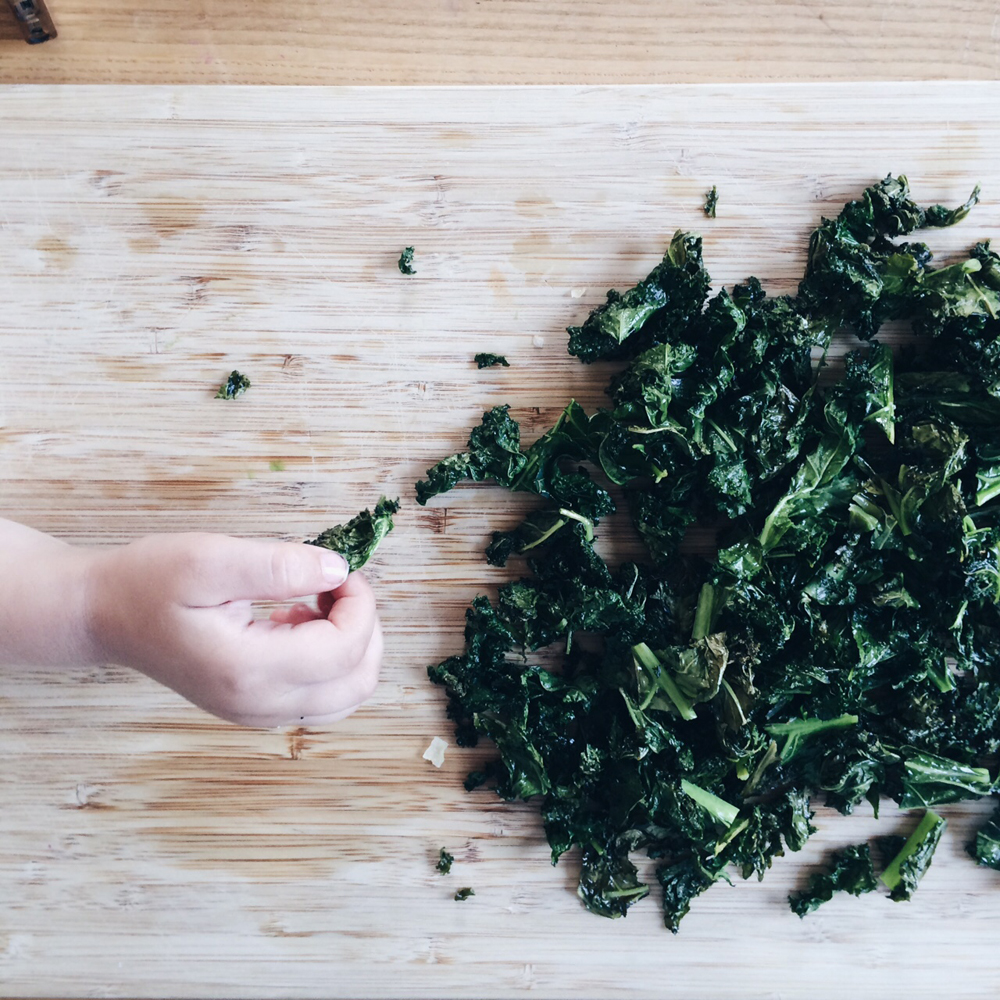 Kale_chips_recipe_littlekinjournal_11